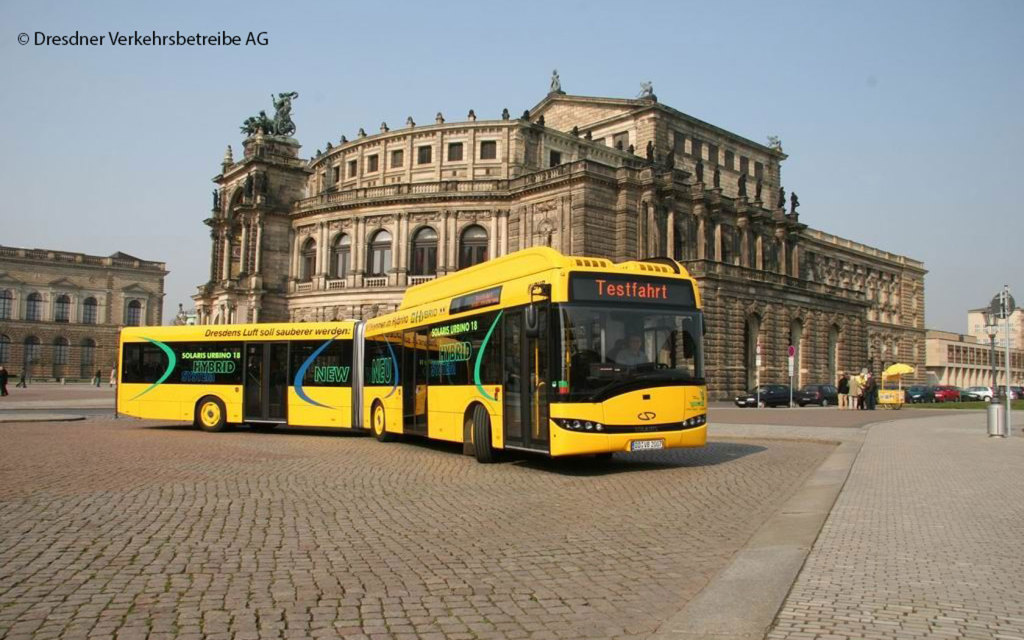 Hybridbus-vor-Semperoper